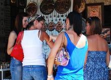Turister som shoppar i Mostar Royaltyfri Foto