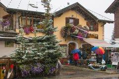 Turister som shoppar på gatorna av tullfritt område i Livigno Royaltyfria Foton