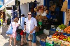Turister som shoppar på Hydraön - Grekland Fotografering för Bildbyråer
