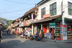Turister som shoppar på, shoppar av fortet Cochin Fotografering för Bildbyråer