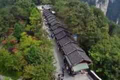 Turister som shoppar runt om Wulingyuan sceniskt område Det ` s som lokaliseras på Royaltyfria Foton