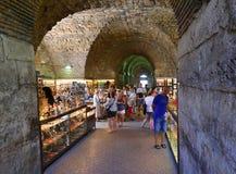 Turister som in shoppar, shoppar under Diocletianen Roman Palace, kluven Kroatien Royaltyfri Bild