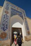 Turister som skriver in biskopsstolkorridoren Tillflykten byggda uzbekistan arkivfoto