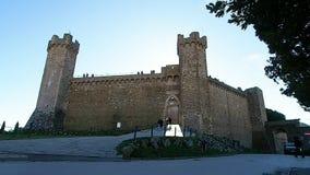 Turister som skriver in fästningen av Montalcino i 4k arkivfilmer