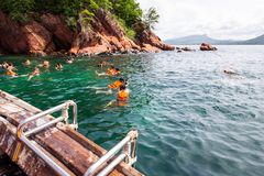 Turister som snorklar på rött, vaggar ön i det Krabi landskapet, Thaila arkivfoton