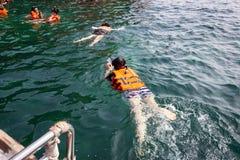 Turister som snorklar på rött, vaggar ön i det Krabi landskapet, Thaila royaltyfria foton