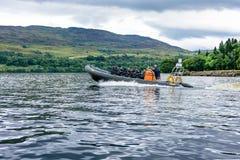 Turister som speedboating på ett STÖDfartyg, Loch Ness Royaltyfri Fotografi