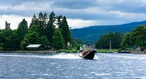 Turister som speedboating på ett STÖDfartyg, Loch Ness Royaltyfria Bilder
