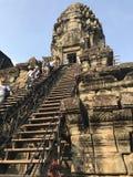 Turister som stiger ned momenten av Angkor Wat royaltyfri foto