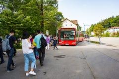 Turister som stiger ombord bussar arkivfoto