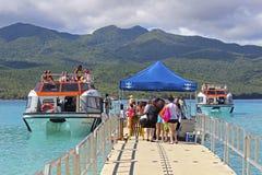 Turister som stiger ombord ett fartyg i Vanuatu, Mikronesien Royaltyfria Bilder