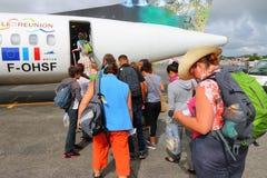Turister som stiger ombord till trafikflygplanet Royaltyfri Bild