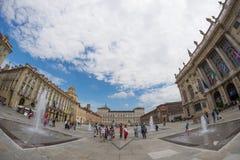Turister som strövar omkring i den historiska mitten av Torino (Turin, Italien) Fasad av Palazzo Madama i Piazz arkivfoto