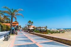 Turister som strawling på den Benalmadena boulevarden nära Malaga arkivbilder