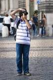 Turister som tar ett foto med den digitala kameran Arkivbilder