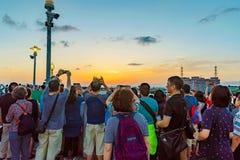 Turister som tar foto av solnedgången i Tamsui Arkivfoton