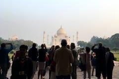 Turister som tar foto av Taj Mahal royaltyfri bild