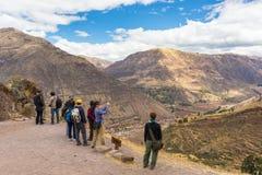 Turister som tar foto i Pisac, sakral dal, Peru Arkivbild