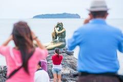 Turister som tar foto sjöjungfrun guld- statysymbol av set royaltyfri fotografi