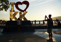 Turister som tar fotoet på Kota Kinabalu strand Arkivfoto
