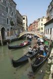 Turister som tar gondolen, rider Venedig Italien Royaltyfri Foto