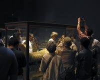 Turister som tas bilder runt om sarkofaget av Tutankhamen Royaltyfria Bilder