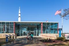 Turister som tycker om en dag för blå himmel på Marshall Space Flight Center i Alabama Royaltyfria Foton