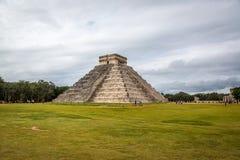 Turister som tycker om en molnig morgon i Chichen Itza nära Cancun i Mexico Royaltyfria Bilder