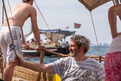 Turister som tycker om havet på yachten Skeppresande in Fotografering för Bildbyråer
