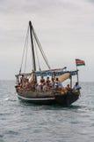 Turister som tycker om havet på yachten Skeppresande in Arkivbild