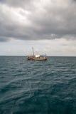 Turister som tycker om havet på yachten Skeppresande in Arkivfoto