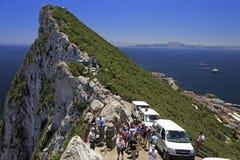 Turister som tycker om landskapet av kanalen av Gibraltar Arkivbild