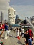 Turister som tycker om och tar foto på Merlion, parkerar i Singapore royaltyfri foto