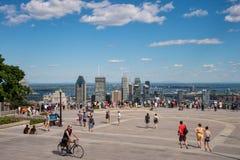 Turister som tycker om sikt av Montreal horisont Arkivbild