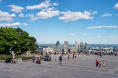 Turister som tycker om sikt av Montreal horisont Royaltyfri Foto