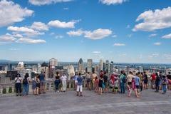 Turister som tycker om sikt av Montreal horisont Royaltyfri Bild