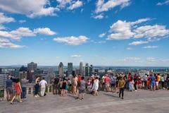 Turister som tycker om sikt av Montreal horisont Royaltyfria Bilder