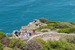 Turister som tycker om sikten på uddepunkt Royaltyfri Bild