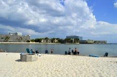 Turister som tycker om stranden på en solig dag Royaltyfri Bild