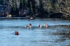 Turister som tycker om vattensportar som kayaking Royaltyfri Foto