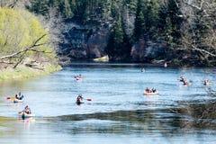 Turister som tycker om vattensportar som kayaking Royaltyfria Bilder