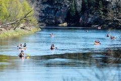 Turister som tycker om vattensportar som kayaking Arkivbild