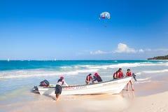 Turister som tycker om vattensporten i Punta Cana Arkivfoto