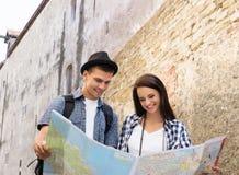 Turister som undersöker översikten på den gamla barocka gatan Royaltyfri Fotografi