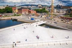 Turister som undersöker den Oslo operahuset, Norge Royaltyfria Bilder