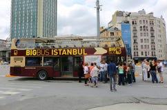 Turister som väntar avvikelse av den stora bussen Istanbul, turnerar bussen på den Taksim fyrkanten Arkivbild