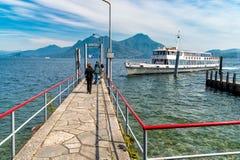 Turister som väntar på en färja på pir av villan Taranto i Pallanza Royaltyfria Foton