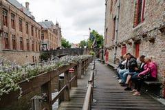 Turister som väntar på ett fartyg i den medeltida staden av Bruges Royaltyfri Fotografi