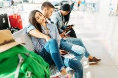 Turister som väntar på försenad avvikelse i flygplats fotografering för bildbyråer
