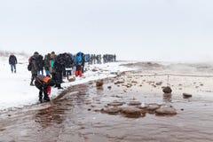Turister som väntar på geyserutbrott Arkivfoton